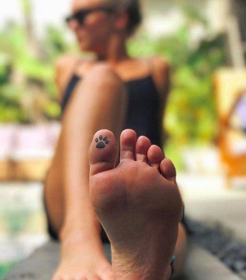 Bottom foot girl